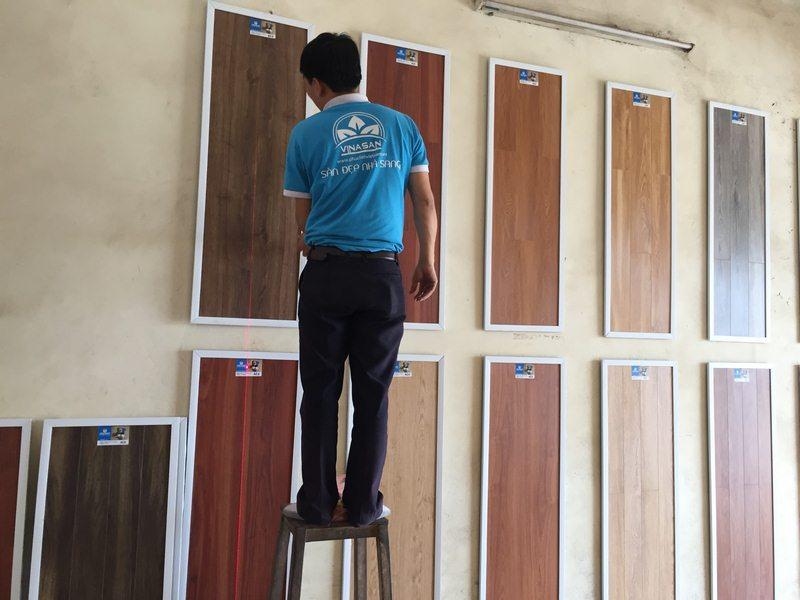 trang trí cửa hàng sàn gỗ