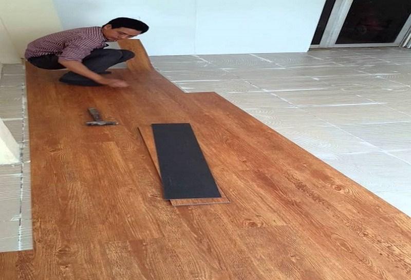 thi công sàn nhựa giả gỗ tự dán