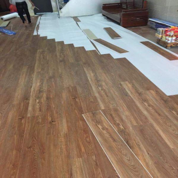Thi công sàn nhựa hèm khóa giả gỗ
